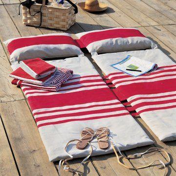 Matelas de plage en coton couleur lin avec rayures basques rouges appliquées / Beach blanket
