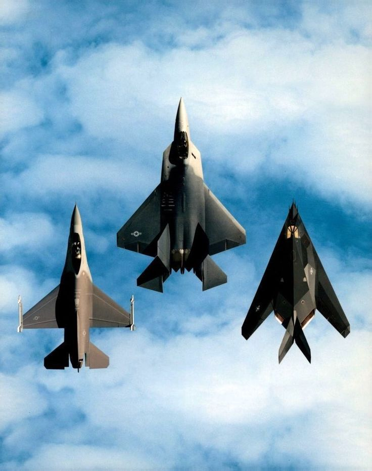1978 General Dynamics F-16 'Fighting Falcon', 2005 Lockheed Martin F-22 'Raptor' et 1983 Lockheed Martin F-117 'Nighthawk'