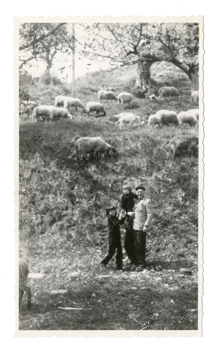 This is a photograph of Marc Chagall and his children from the YIVO Photography Archives.: Exhibitions Photography, Foto Marc, Chagall Inspiration, Escultura Paintings, Artists Ingenu, Chagall Marc, Photography Blog From, Photography Archives, Marc Chagall