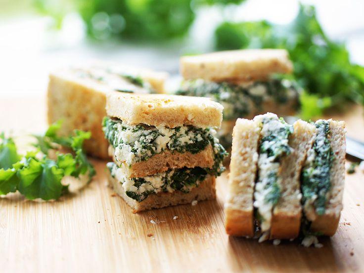 Gör en krämig röra på grönkål, fetaost och crème fraiche. Perfekt att bre på rostat surdegsbröd och servera som snacks eller tilltugg innan middagen.