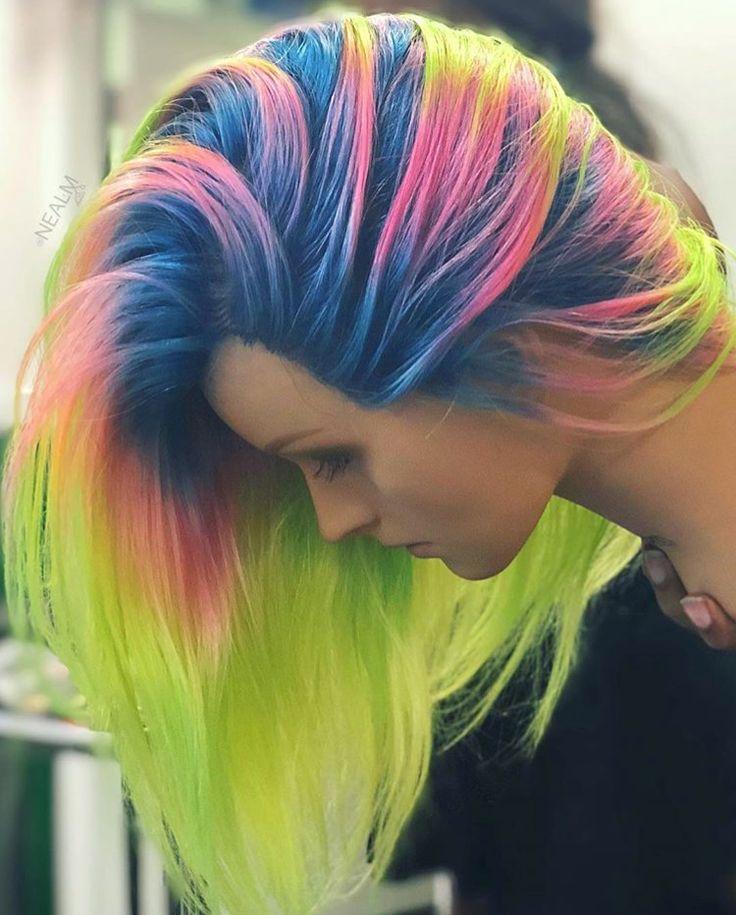 Cabelo neon verde, azul e rosa.