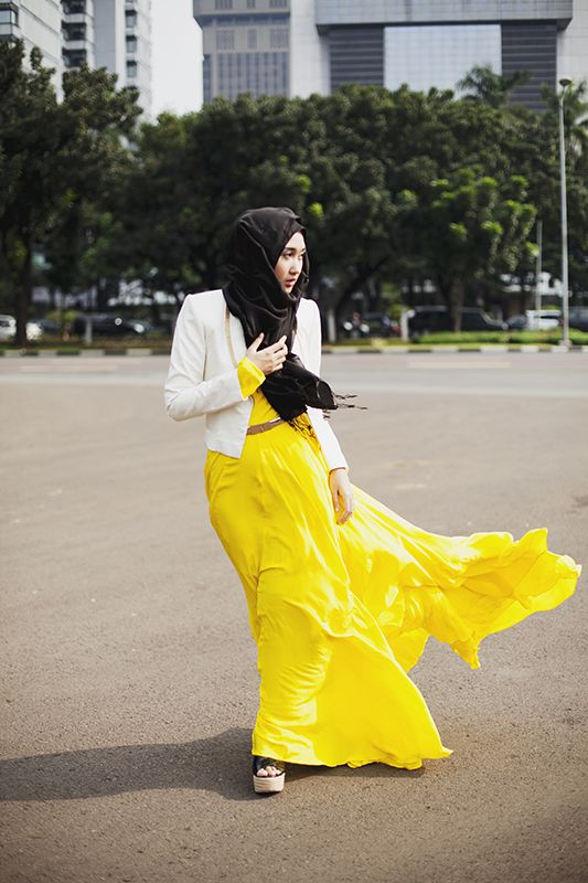 The Rainbow Queen being fabulous as ever in Jakarta, Indonesia. Dian Pelangi's passion for fashion is well known around the world, she's never afraid to be innovative and unique. Definitely a style icon for many. Jakarta, Indonesia By: Langston Hues #modeststreetfashion #modestfashion
