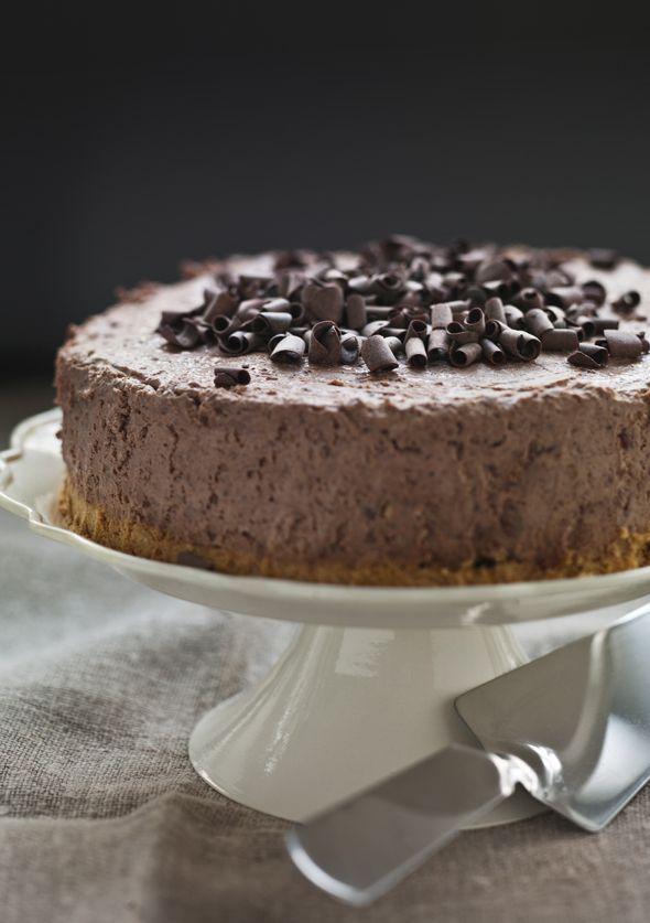 Prøv denne lækre chokolade- og mandelkage, som ikke skal bages, men blot stilles på køl inden servering. Nemmere bliver desserten næsten ikke!