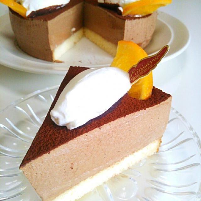 家庭訪問と友達の新築祝いに。 - 62件のもぐもぐ - アールグレイとショコラのムースケーキ♪ ボトムにはジェノワ。 シロップには紅茶リキュールイン。 ムースは卵黄のみで濃厚だが柔らかな食感。 生クリームは40%の物を使用。 by 3kidsmamyurika