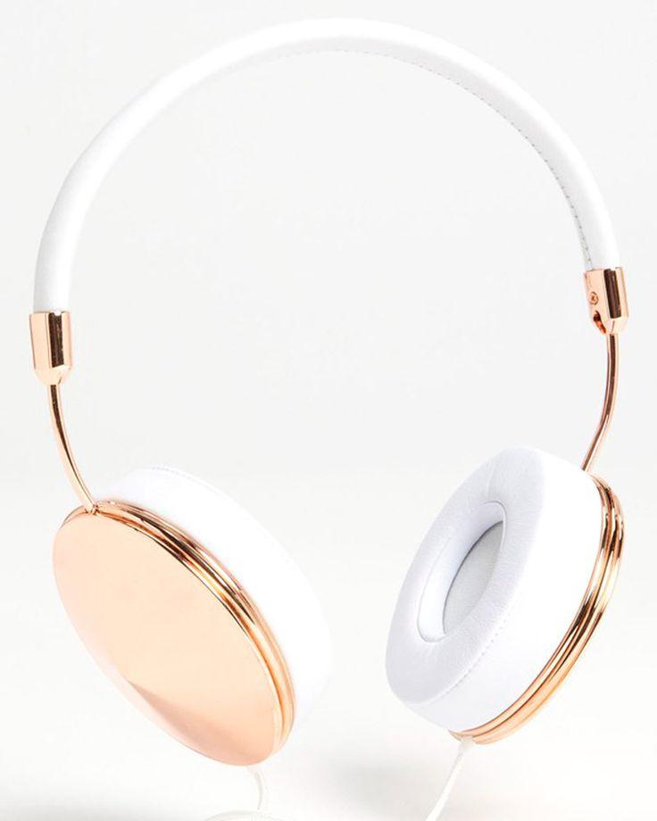Los accesorios y gadgets más chic para tu lado techy Audífonos Taylor dorado con blanco, de Frends  http://www.glamour.mx/moda/shopping/articulos/accesorios-i-phone-i-pad-gadget-tech-chic/1477