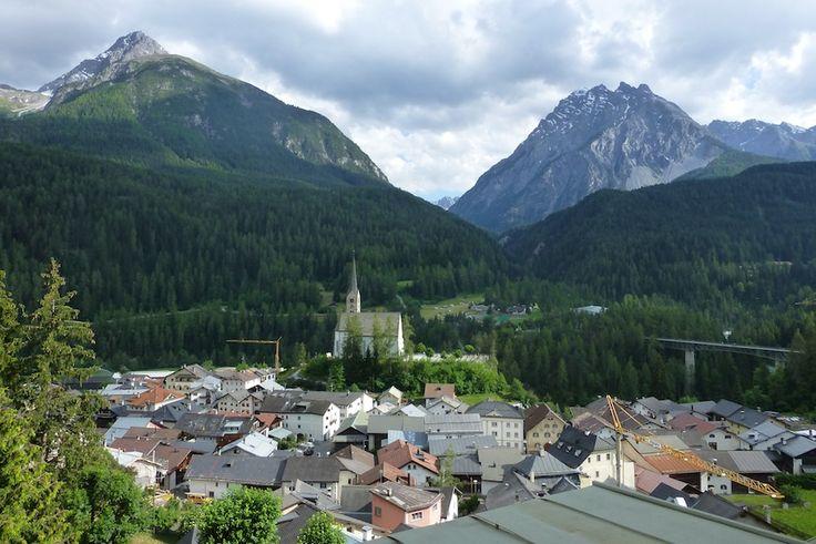 Wandern in Graubünden, Schweiz: Der Blick über Scuol, einem Graubündner Kurort mit heißen Quellen.