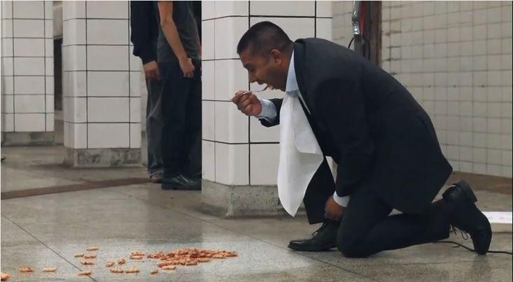 白昼の衝撃… 地下鉄構内で繰り広げられた驚愕必至のゲリラマーケティング     AdGang http://adgang.jp/2014/08/73489.html