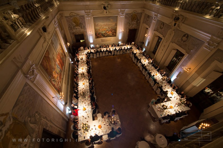 Palazzo Capponi dell'Annunziata in Florence, with its suggestive paintings and lights, can give to the atmosphere that elegant and refined touch. Finally Righi Studio optics, with great skill, contributes to make eternal these special moments of your wedding.