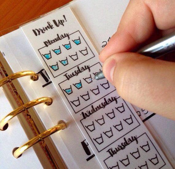 La planification fait facile! Cette insertion est laminée, donc il peut être écrit sur avec des marqueurs sharpie donc vos notes va durer toute la semaine! Il suffit d'utiliser l'alcool à friction pour essuyer un marqueur permanent lorsque vous êtes prêt pour une nouvelle planification. Vous pouvez également planifier avec la poste quil note! S'adapte dans n'importe quel k kikki, filofax et autres planificateurs 6 Planner! Cette liste est pour UN insert!  REMARQUE :  CEUX-CI SONT VIDES…