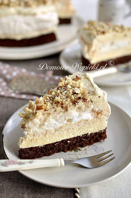 Pyszny, słodki tort na czekoladowo- orzechowym cieście, z dużą, chrupiącą bezą w…