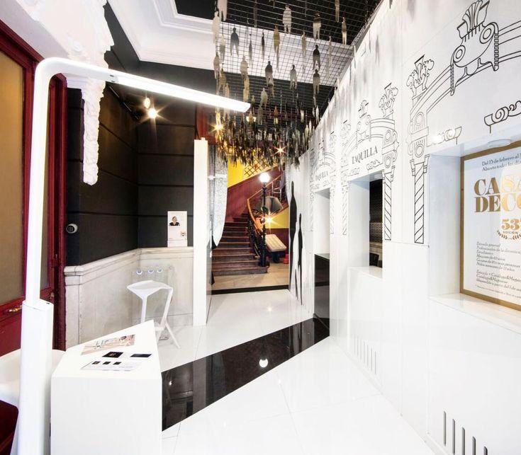 """KA en Casa Decor 2018. """"Mundo Blanco"""" es el espacio de Mina Bringas de Thevetia Arquitectura en Casa Decor. En la zona de taquilla - entrada podrás encontrar unas cortinas confeccioneadas con nuestros tejidos VELLUM en color negro petróleo y BORGIA en tonos crudos."""