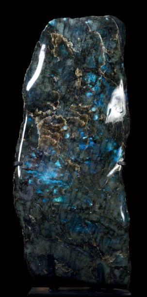 Exceptionnelle labradorite Madagascar Toute la surface de cette pierre a des reflets bleu-vert, avec de très gros cristaux bleu foncé bien répartis. Cette pierre de 145 Kg est parfaitement équilibrée… - Binoche et Giquello - 07/03/2017
