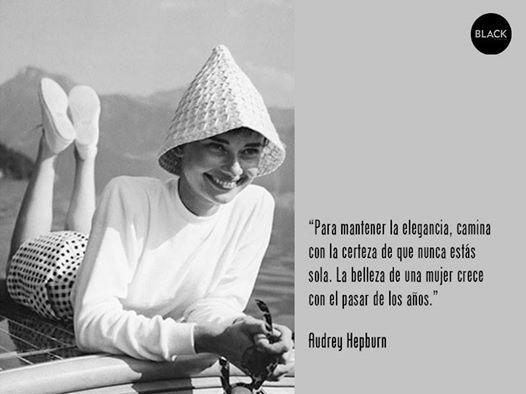 """""""Para mantener la elegancia, camina con la certeza de que nunca estás sola. La belleza de una mujer crece con el pasar de los años.""""  #citascélebres #audreyherpburn"""