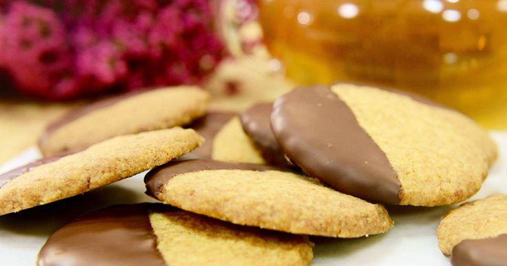 Spröda chokladdoppade kakor med citron och ingefära.