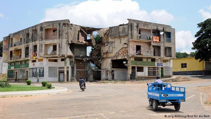 A guerra civil deixou muitas ruínas como esta na cidade de Quibala no sul de Angola