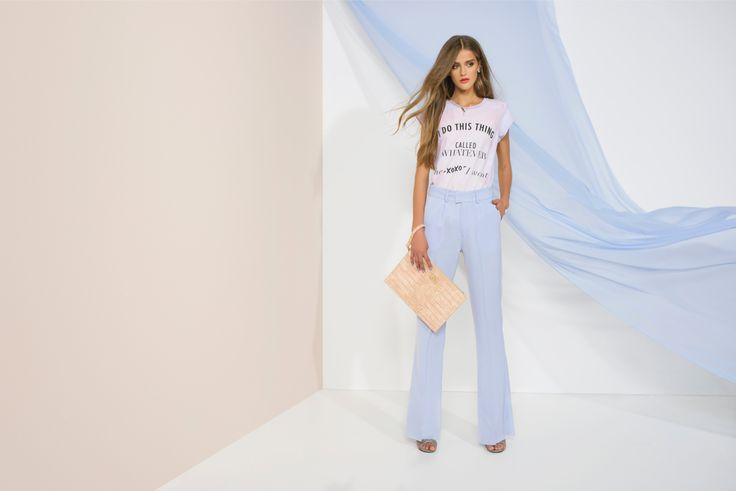 https://joshv.com/kleding-joshv/collectie/seventeen-joshv-17 Flaring things up! The JOSH V Kellie trousers should definitely be hanging in everyone's wardrobe this summer. This item can be worn to both the office , or combined with the Zoe T-shirt and Caressa Clutch to a stylish party. #JOSHV #Highsummer #Summer #Lookbook #Trousers #Tshirt #Heels #Clutch #Outfit