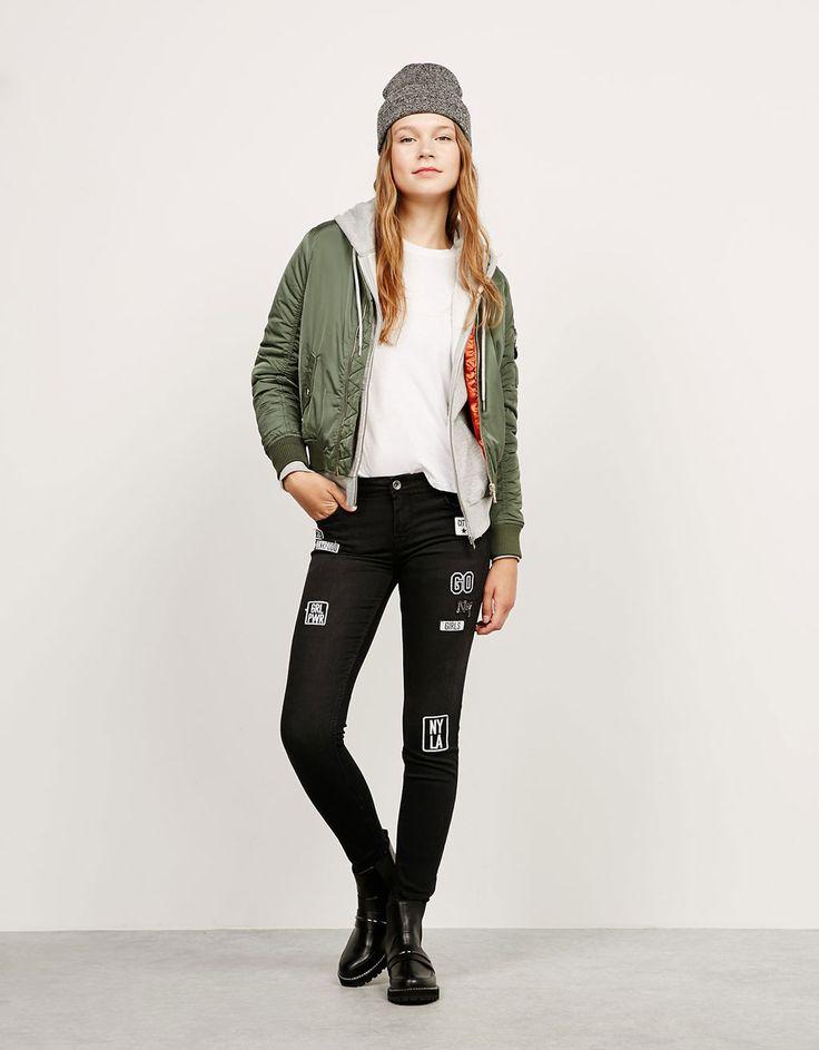 Jeans skinny low waist parches. Descubre ésta y muchas otras prendas en Bershka con nuevos productos cada semana