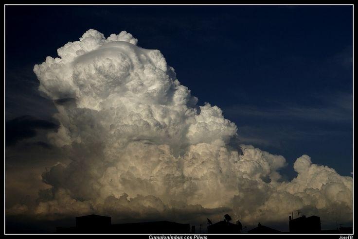 Un nimbus o nimbo, es una nube de altura media que produce precipitación. Son de color gris oscuro y su base es irregular. Por lo general, la precipitación llega al suelo en forma de lluvia, granizo o nieve. Sin embargo, la precipitación no es un requisito. La caída de las precipitaciones pueden evaporarse como virga.