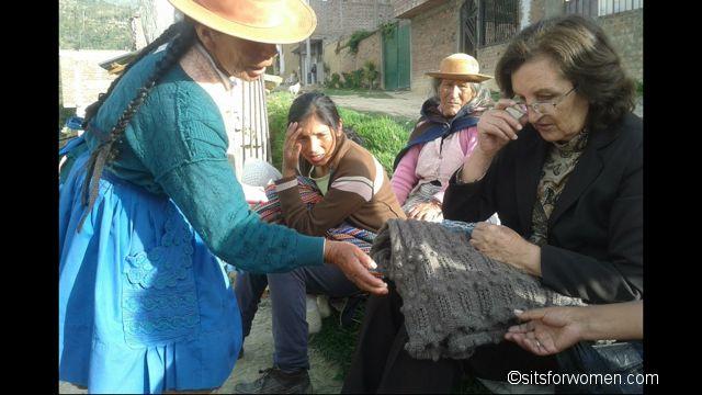 MIA staat voor Mothers in Action. America Durand heeft MIA opgericht omweduwen en alleenstaande moeders te helpen om in hun onderhoud te voorzien. De vrouwen kunnen albreien haken en weven, maarvaak op een primitieve manier. Door de technieken te verbeteren en de vrouwen in de Andes te trainen ontstaan mooie producten die goed te verkopen …