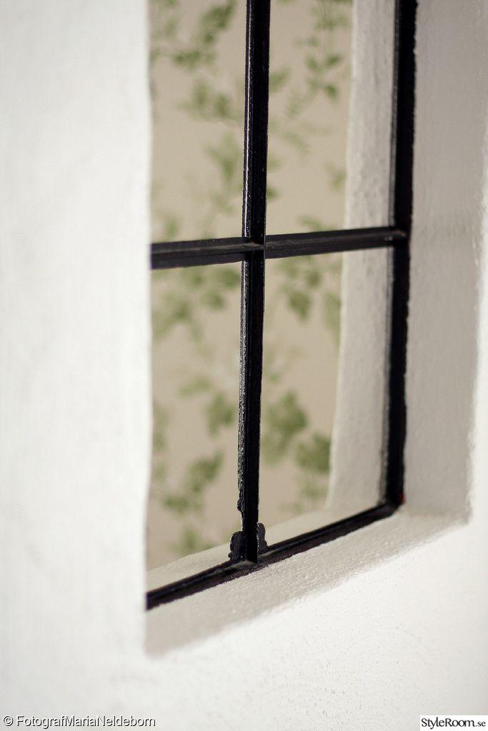 stallfönster,fönster inomhus,blommig tapet