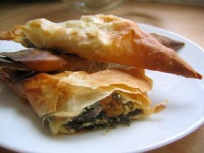 Triangoli di Pasta Fillo con Feta, Spinaci, Uvetta e Pinoli