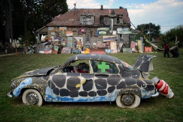 En gammal Saab har förvandlats till ett konstverk på Heidelberg Street.