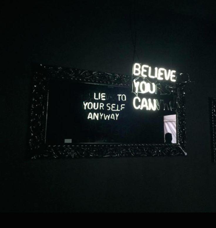 Des slogans en néons et les miroirs à double sens de Camilo Matiz