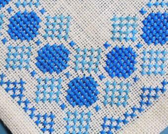 Tableta de X-small exellently hecho vintage de los años 1950 a mano punto de Cruz bordado / mantel w Conv. patrón abstracto en colores turqouise azul