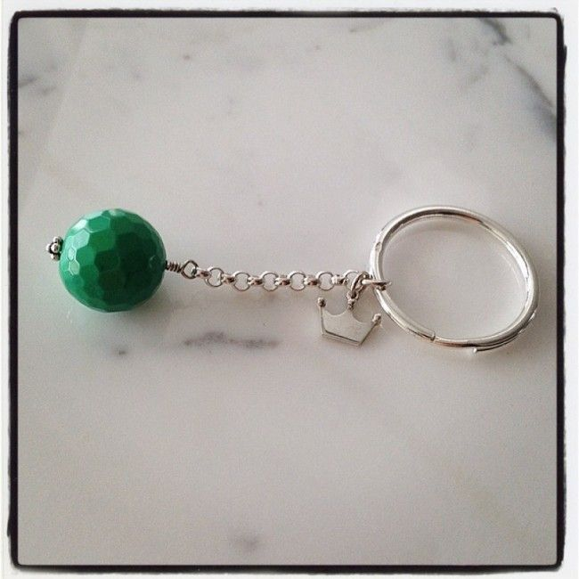 Keyring from silver 925 with a silver crown and an agate faceted stone 42€