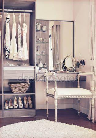 Letöltés - Vintage stílusú fotó öltöző és klasszikus fehér szék fésülködő asztal — Stock Kép #119921352