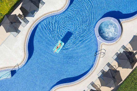 Die helle und freundliche Atmosphäre des Las Gaviotas Suites Hotel & Spa im Norden von Mallorca wirkt von der ersten Minute an einladend auf seine Gäste. Das moderne Design besticht durch pure und reine Eleganz, ohne aufdringlich zu wirken. Hier verbringt man äußerst komfortable Urlaubstage, nur 100 Meter vom schönen Sandstrand entfernt.