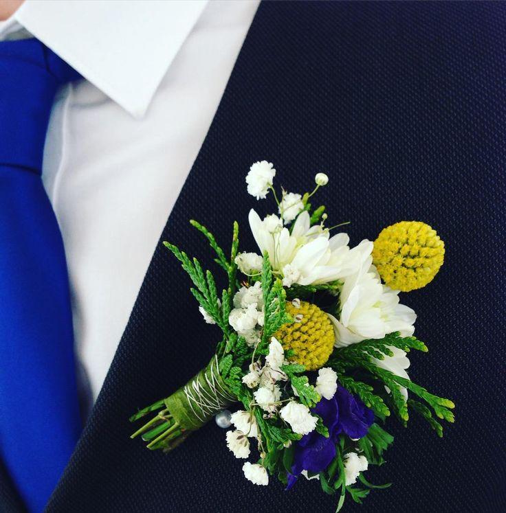 Detalle de novio.  Fotografía de mrsqdesignstudio #buttonhole #flowers #wedding #weddingflowers #bluetie #blueandyellow #boda #mrsqdesignstudio #sitgeswedding #barcelonawedding