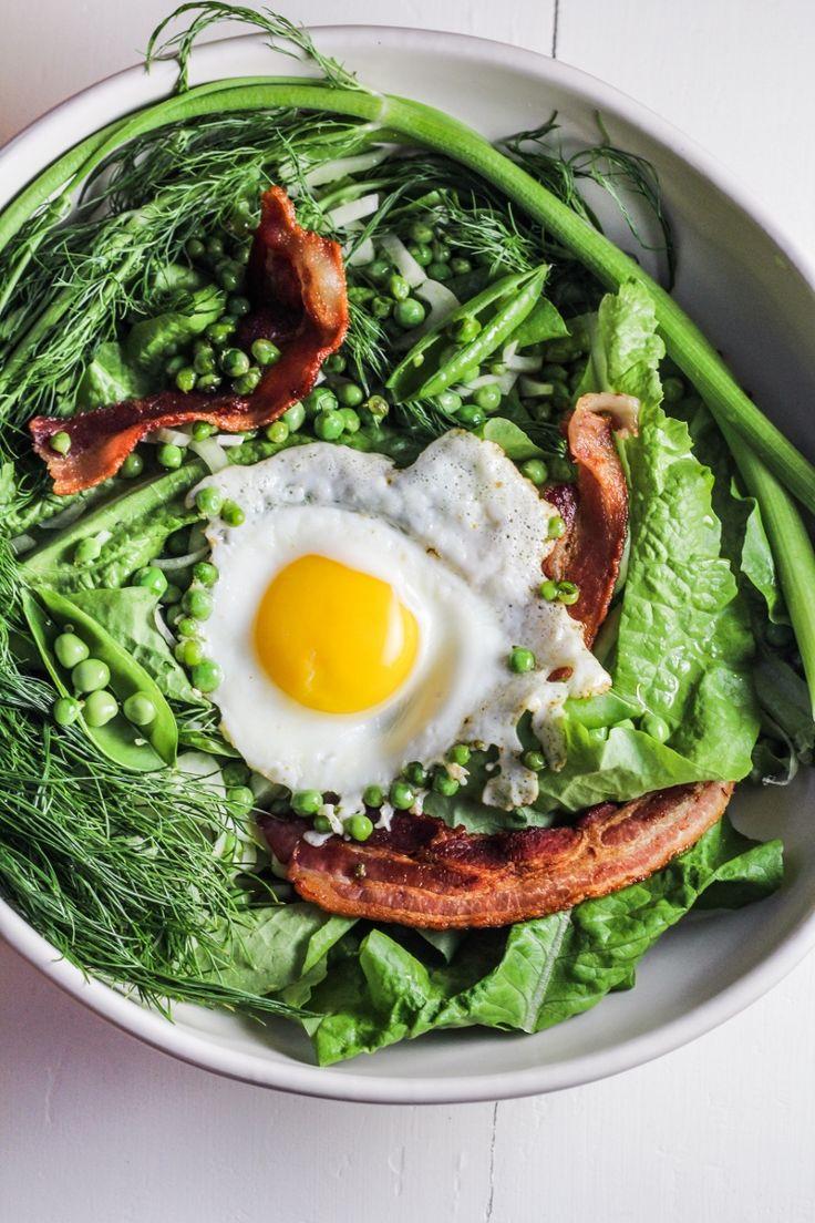 Ensalada de tocino, guisantes, hinojo y huevo