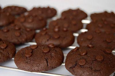 Kívül ropogós, belül puha, duplán csokoládés keksz.       Hozzávalók 35-40 darabhoz     25 dkg liszt   5 dkg kakaópor   12 dkg porc...