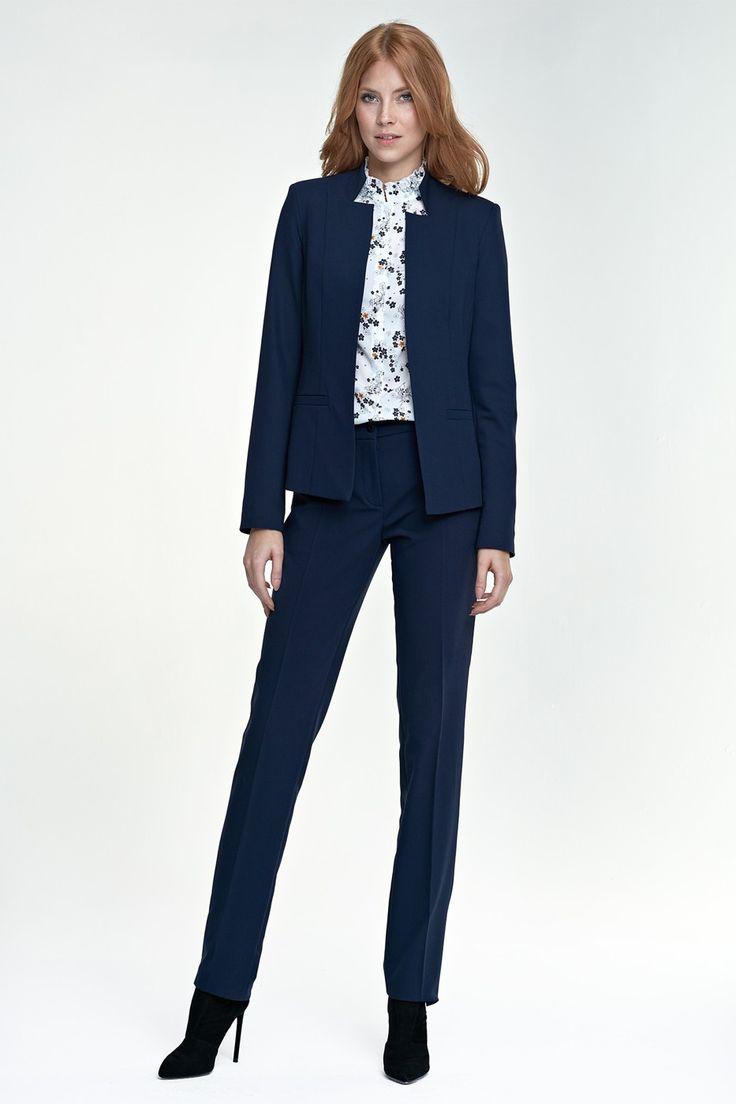Elegantný a veľmi štýlový nohavicový biznis kostým je modelom, ktorý by mal byť v šatníku každej ženy. Kostým u ženy je základným stavebným pilierom jej kvalitne zostaveného šatníka. Ak aj ty si uprednostňuješ kvalitu, nadčasový dizajn a zároveň chceš byť IN, tento kostým je tým kúskom, ktorý ti to všetko splní.  Sako je rovného veľnejšieho strihu bez zapínania, originálny golier je jeho dominantou. Po bokoch ma lištové vrecká a celé je podšité. Nohavice sú v slim strihu, hladká úzka líni...