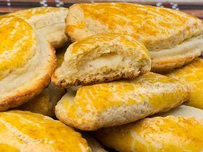 Biscuiți fragezi cu umplutură de brânză – un desert de casă simplu și delicios!