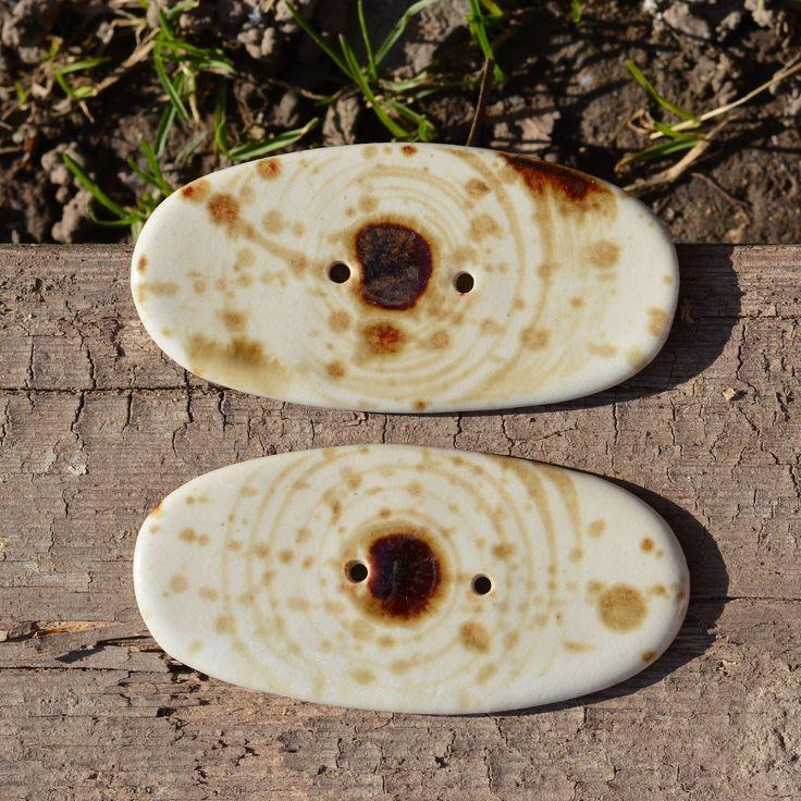 """Kameninový knoflík Oválek velký - Vůně kávy Kameninový, ručně modelovaný knoflík z rodinky """"Vůně kávy"""" 2 otvory (průměr otvoru cca 4 mm) délka knoflíku: cca 7,8 cm šířka knoflíku: cca 4 cm výška knoflíku: cca 4 mm páleno 1250 C Každý kus dekorován samostatně, proto nejsou žádné dva kusy úplně identické. Jsou si jen velmi, velmi podobné. Velikost a barevnost ..."""