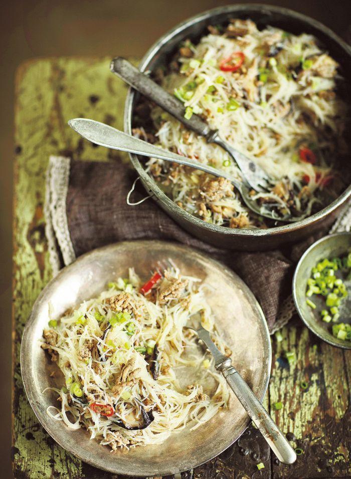 Kiinalaisessa jauheliharuuassa liha sekoitetaan riisinuudeleihin ja maustetaan chili- ja hoisin-kastikkeilla.