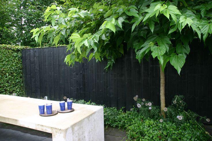 Schutting achterin de tuin van zwarte rabat delen horizontale planken garden ideas in - Planken zwarte ...