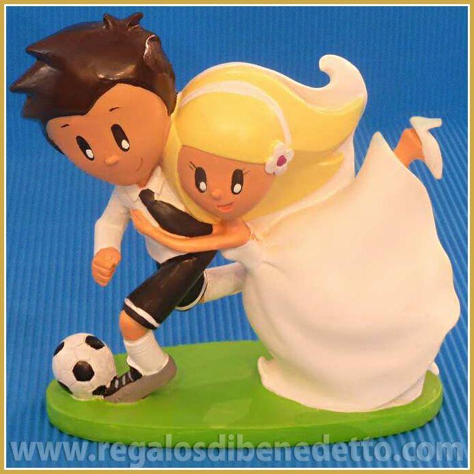 Os gusta el #fútbol a los dos?... Para #novios con gustos futboleros, dadle un toque divertido a vuestra tarta!. Figura #Tartas #Bodas #CakeToppers #Weddings