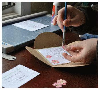 Utilisez des fleurs séchées pour agrémenter vos faire-part. Parfait pour un mariage de printemps !