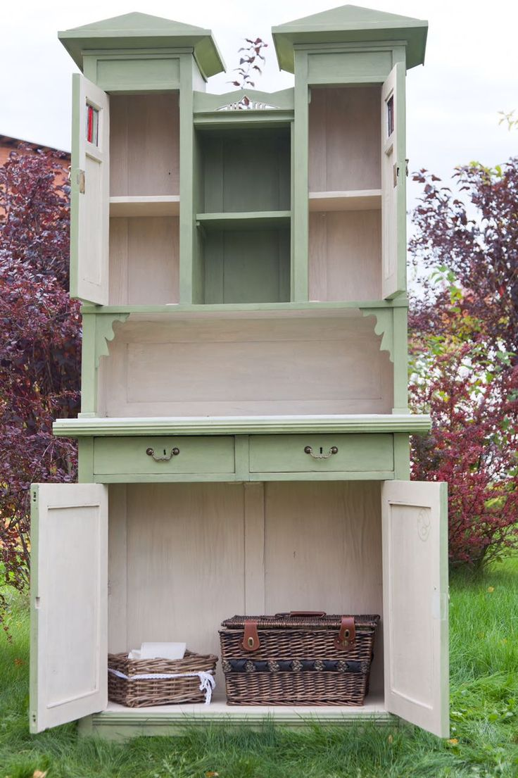 Chalkpainted furniture / furniture makeover / olive color / diy / vintage furniture / Russian hutch / Dariageiler.com