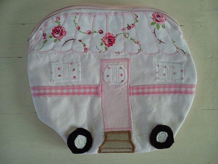 Vintage caravan (trailer, camper) etui, voor je make-up of te gebruiken als kleine toilettas  +/- 19x23cm €15.00