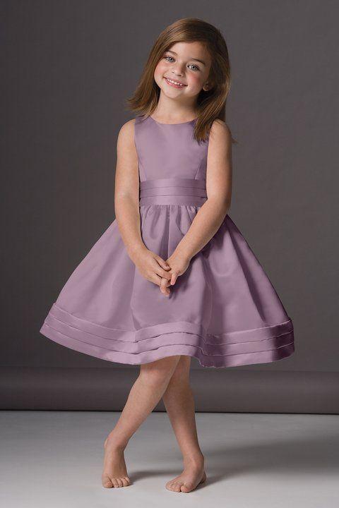 daminha de vestido lilás.