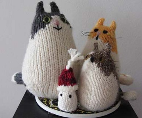 cats - free pattern: http://acornbudsyarns.blogspot.nl/2010/01/brownie-cat-knitted-cat-pattern.html | thanks!