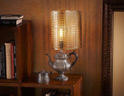 Creamos nuestra original lámpara mediante el montaje de una luz de una lámpara en desuso a través de una vieja tetera o pava de aluminio.