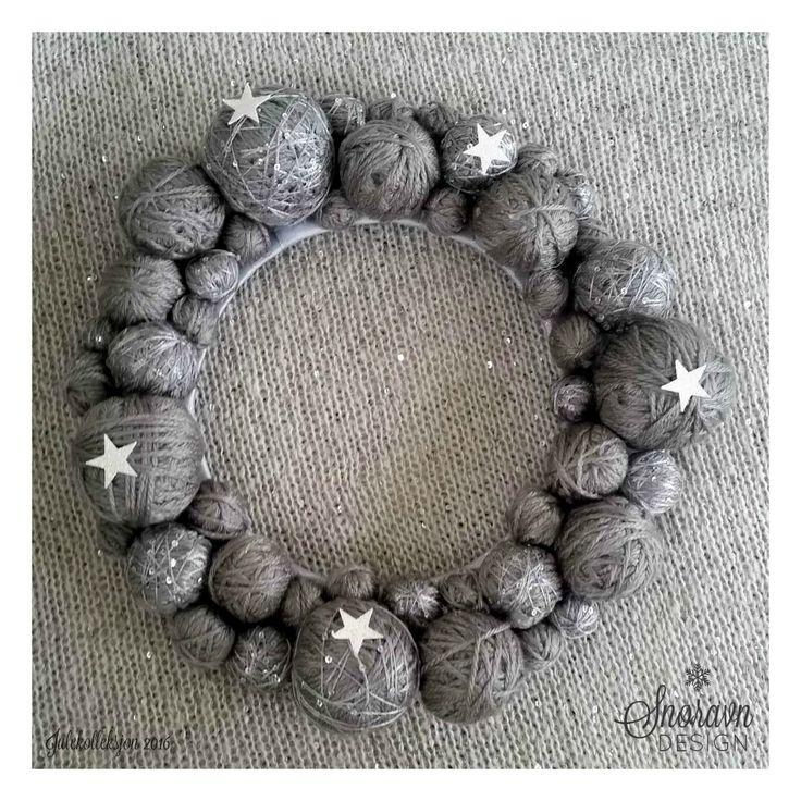 Krans av garn i sølvgrå - Wreath of yarn in silver gray