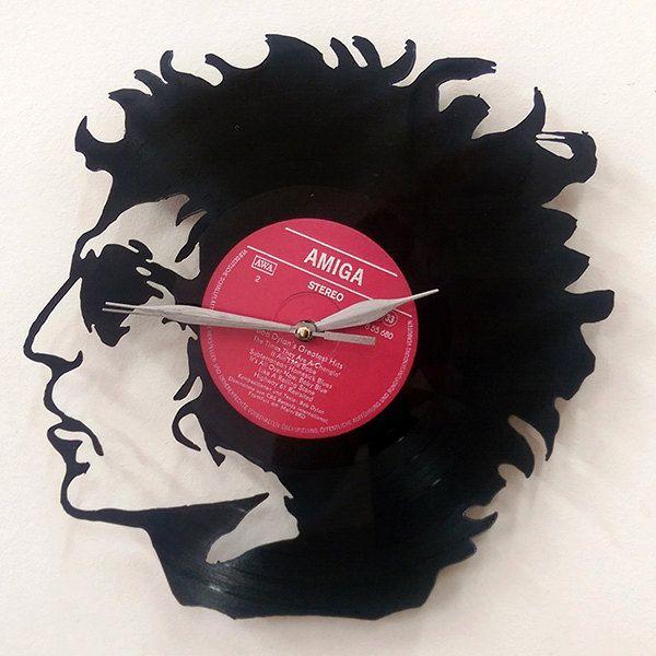 Horloge vinyle et cadre vinyle déco à leffigie de Bob Dylan  Découvrez notre Disque vinyle recyclé en horloge murale ou en cadre vintage à l'effigie du Bob Dylan  Le Vinyl Wall Art est une tendance grandissante dans l'univers du design d'intérieur. C'est le fait de recycler de vieux disques vinyle 35 ou 45 tours en des objets originaux à accrocher au mur du salon. A offrir ou pour son propre plaisir, ce nouvel élément de décor risque fort de faire parler de lui.  Choisissez entre le modèle…