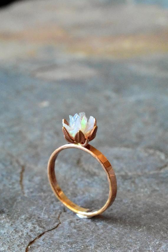 Einzigartige Opal Ring, benutzerdefinierte ungeschnitten Opal Verlobungsring, Lotus Blumenring in Rotgold, roh, rau Feueropal Schmuck für Frauen, Birthstone Ringe