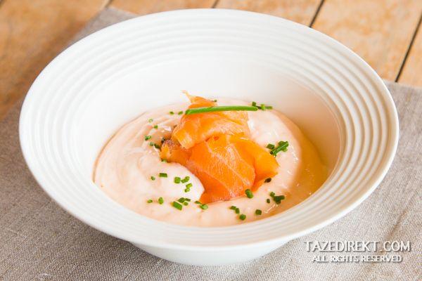 Somon; bedenin işleyişi için gerekli Omega-3 yağ asitlerini en çok içeren balıklardandır. Balık pişirmeye çok da fazla vaktiniz olmadığında füme somon imdadınıza yetişebilir. Hiçbir pişirme işlemine gerek kalmadan çıtır ekmeklere ve krakerlere sürülebilecek kakuleli somon füme tarifini mutlaka deneyin!